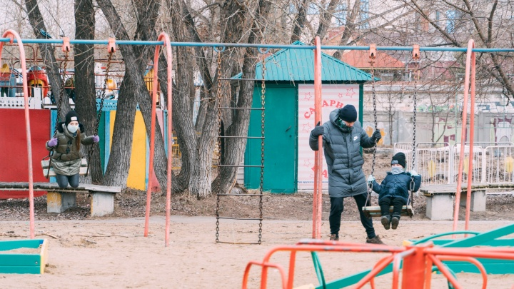 Омские врачи вылечили от коронавируса двух детей