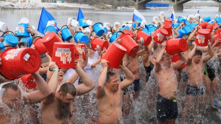 400 человек одновременно вылили на себя 4 тонны воды: в Красноярске установили рекорд по массовым обливаниям