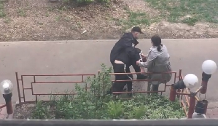 Нижегородцы засняли, как полицейский скручивает нарушителя самоизоляции