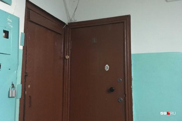 В этой квартире в одной из пятиэтажек Индустриального района произошла трагедия