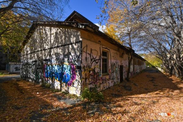 Фасад здания исписали вандалы