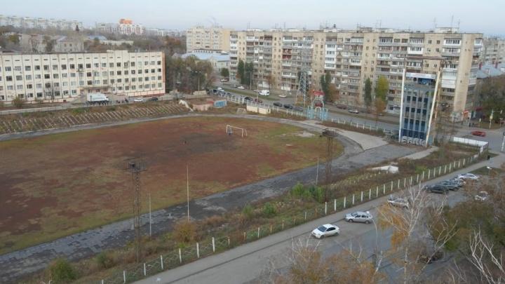 «Мертвые трибуны, как мертвые рекорды»: самарцы высказались о заброшенном стадионе «Заря»