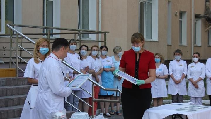 В больницы, работающие с COVID-19, передали две фуры костюмов и респираторов