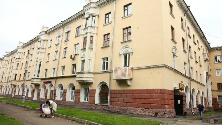 В центре Кемерово разваливается многоквартирный жилой дом. Рассказываем, причем тут Цивилев и ОМОН