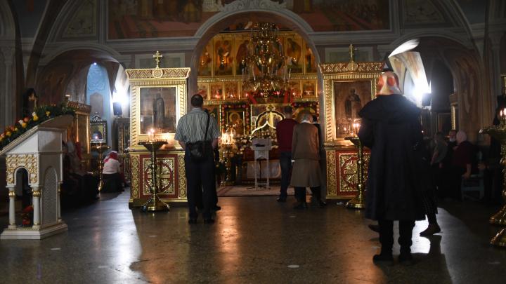 Впервые за три века Пасха почти без прихожан: фоторепортаж с праздничных богослужений в Екатеринбурге