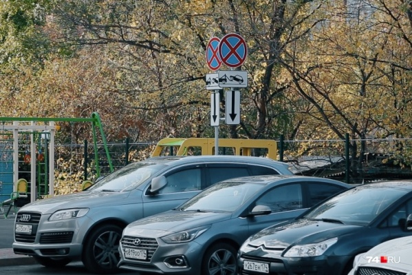 Знаки «Работает эвакуатор» появились во дворе ЖК «Король Плаза» прошлой осенью