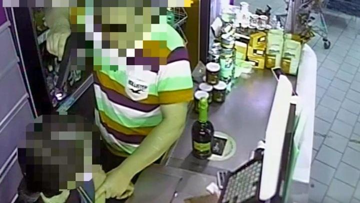 Защищала кассу: в Ярославской области продавщица дала отпор грабителю