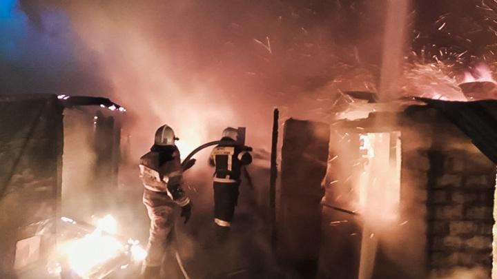 95 пожарных тушили ночью два горящих дома на 2-й Островской