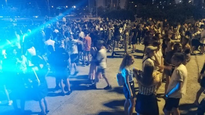 Полиция разогнала шумную вечеринку на площади у Театра драмы