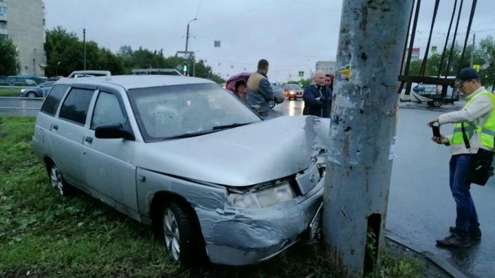 Lexus и «Лада» столкнулись на Северо-Западе Челябинска. От удара ВАЗ отбросило в столб
