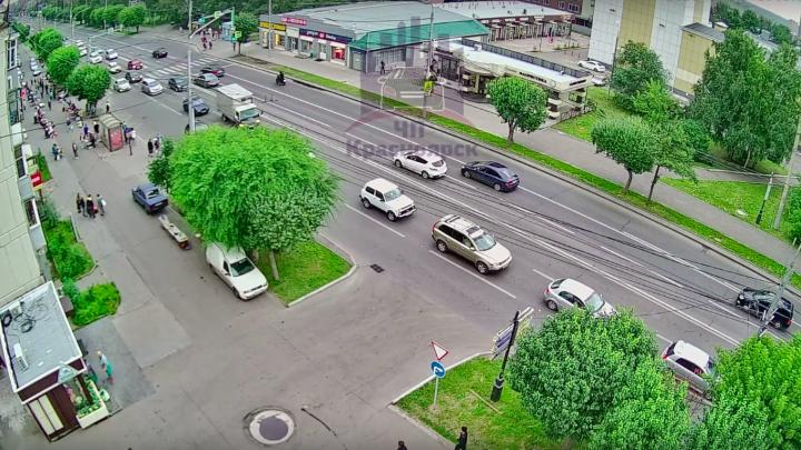 Водителя мотоцикла увезли на скорой после ДТП. Второго участника аварии ищут