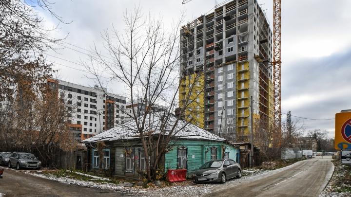 Избушка под окнами высотки: как живут хозяева последнего частного дома в окрестностях автовокзала
