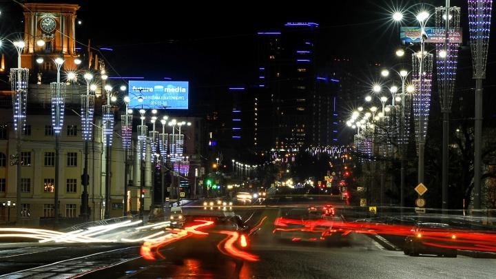 Столбы против коронавируса: на проспекте Ленина зажгли подсветку со словами «Дома лучше»