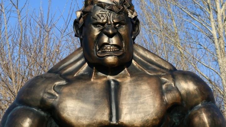 Четырёхметровой скульптуре Халка заменили гантели на кальяны и поставили его в центре Омска