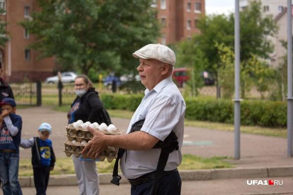 Яйца скупали десятками, они едва помещались в руках