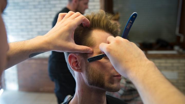 В Екатеринбурге заработали парикмахерские и барбершопы. Выясняем, есть ли очередь