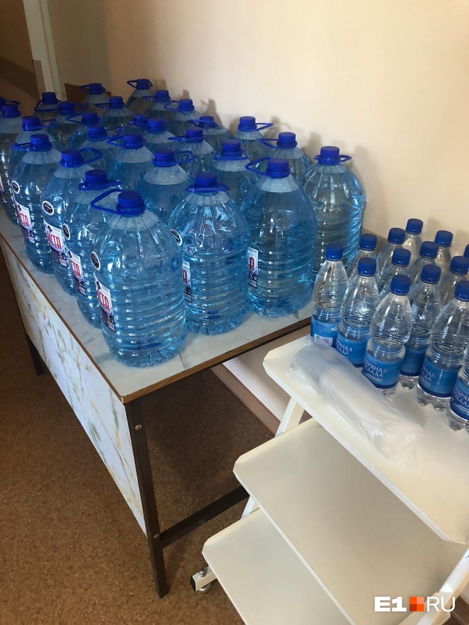 В день каждому выдают 1,5 литра воды