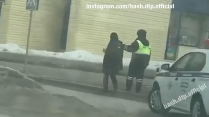 Пьяная «леди» на дороге vs бабушка, убирающая двор. Публикуем видео, как женщины Башкирии проводят праздник