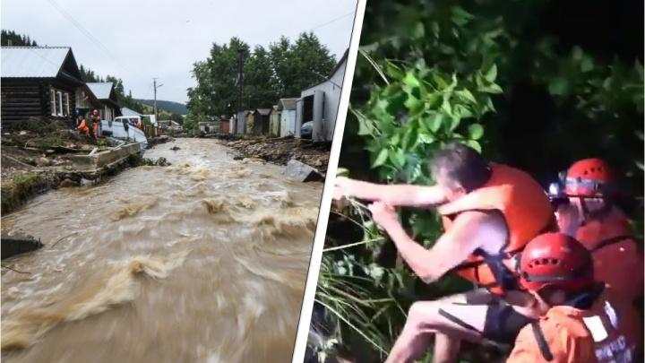 «Если его понесет, кинешь веревку»: спасатели вытащили из воды мужчину во время потопа в Нижних Сергах