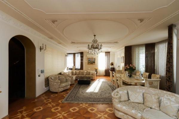 В Старгороде сейчас продаётся роскошный особняк с зимним садом. Владелец хочет получить за него 60 миллионов или какой-нибудь бизнес