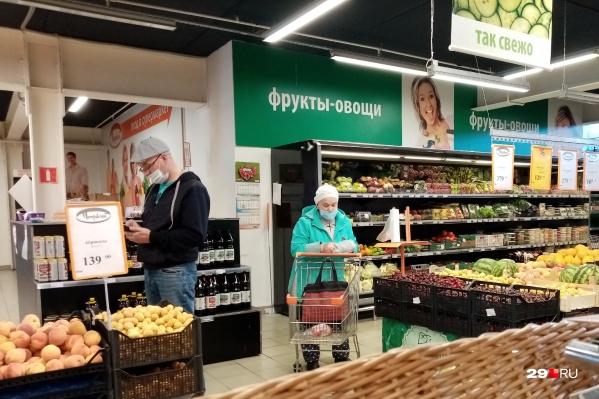 Теперь в некоторых магазинах Архангельска без маски даже не пускают