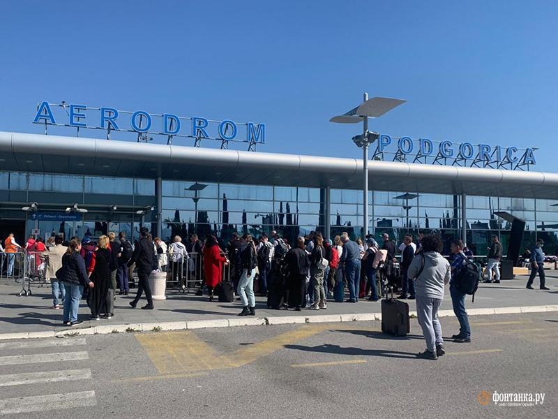 Очередь из российских туристов на вывозной рейс «Победы» 20 марта 2020 года
