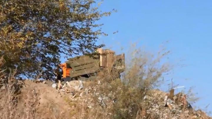 В Волгограде КАМАЗ с грязными номерами высыпал мусор на берег Волги