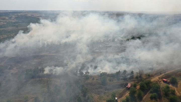 Не увидел в дыму: в Волгоградской области две машины столкнулись в центре степного пожара