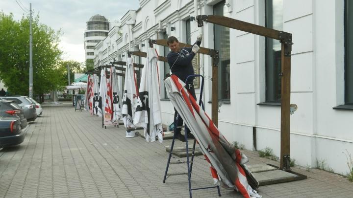 К открытию готовы: рестораны Екатеринбурга строят летние веранды и расставляют стулья