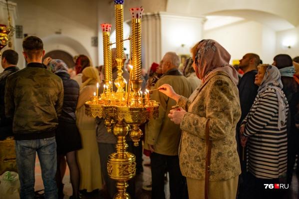 Чтобы люди соблюдали социальную дистанцию, в церквях на полу делают спецразметку