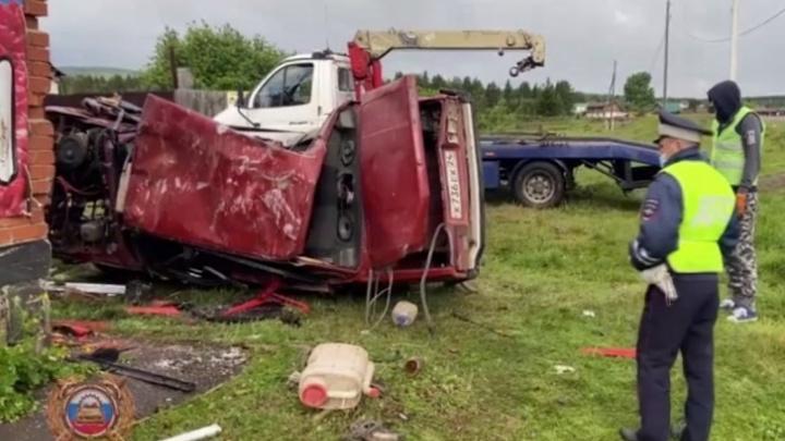 Водителя, перевозившего в легковушке семь человек и погубившего в ДТП троих, арестовали на два месяца