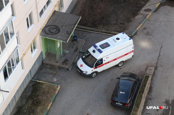 Один из соседей не стал дожидаться приезда медиков и сам донес девочку до станции скорой помощи