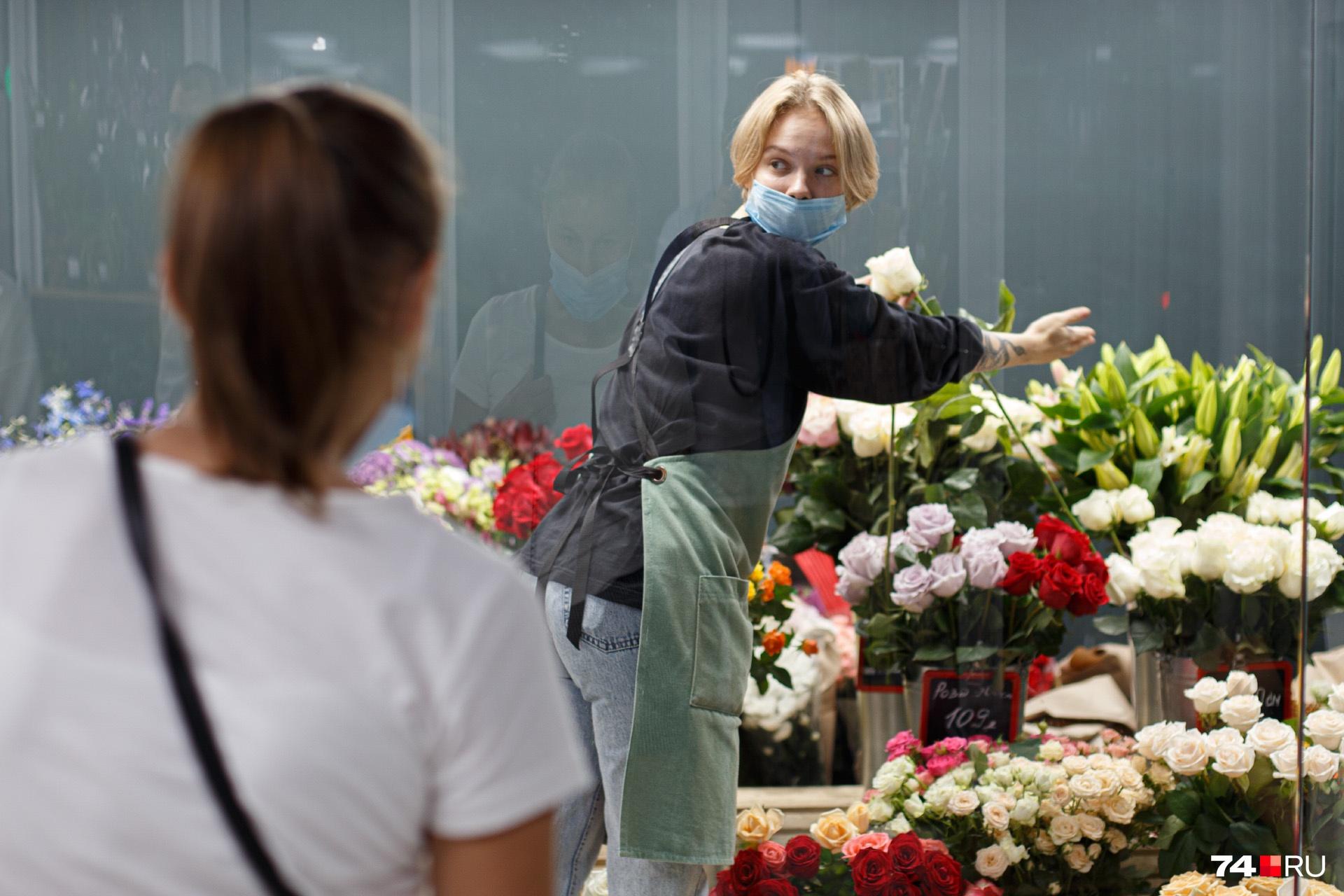 Несмотря на высокий спрос на букеты в этот день, флористы говорят, что ажиотаж на цветы к 1 Сентября в Челябинске постепенно спадает