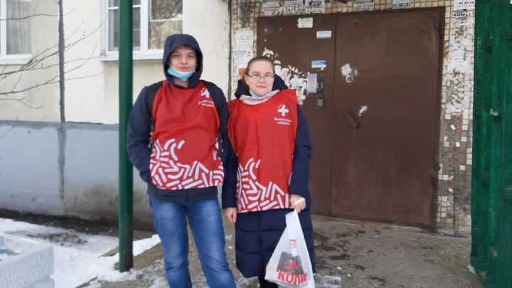 Волонтеры доставляют не выходящим из дома пенсионерам Архангельска продукты и лекарства