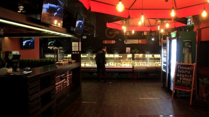 Переобулись: модный гриль-бар из-за пандемии превратился в магазин — что там продают
