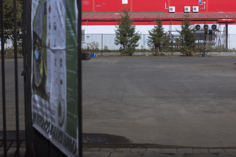 Сейчас на месте, где в конце осени должна появиться детская площадка, лежит только асфальт