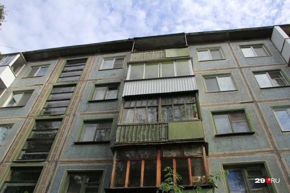 """Взрыв аппарата произошел на балконе типичной панельной пятиэтажки на улице <nobr class=""""_"""">Коновалова, 11</nobr>"""