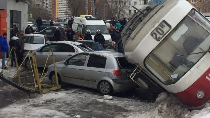 Трамвай, рухнувший на машины у ТЦ «Апельсин», не подлежит восстановлению