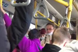 Женщину выгнали из автобуса из-за маски — она носила ее на подбородке