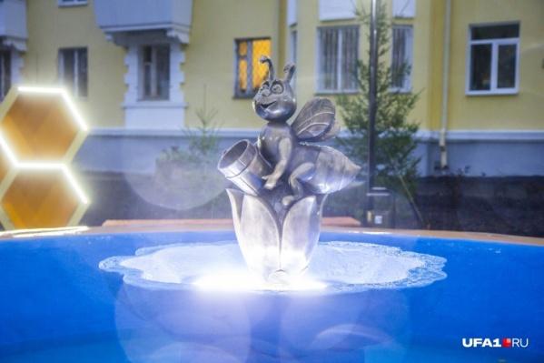 Этот фонтан появился еще в сталинские времена. Сейчас его отреставрировали