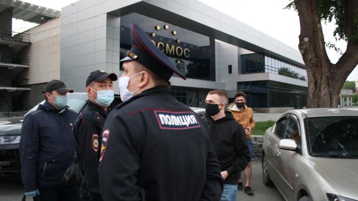 Полицейские разогнали кальянщиков у «Космоса», оштрафовав их за отсутствие масок