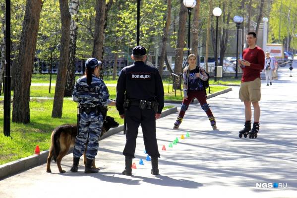 Власти решили, что во время пандемии прогулки в парках и скверах опасны для здоровья