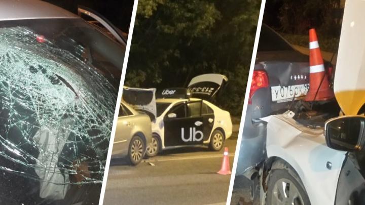 Пострадал пассажир такси: ночью в Екатеринбурге столкнулись три автомобиля