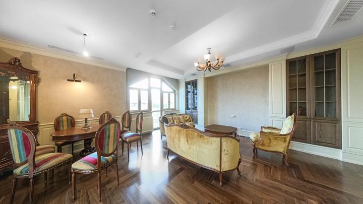В Екатеринбурге выставили на продажу четырехкомнатную квартиру в доме по соседству с губернатором