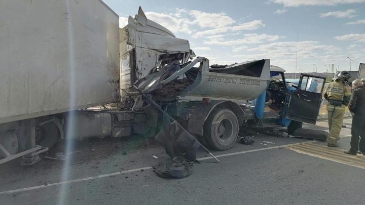 Кузов разорвало: в Самарской области погиб водитель ЗИЛа после столкновения с фурой DAF