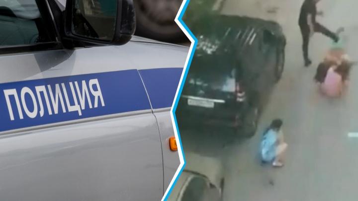 Начали на улице, закончили дома: новосибирец подрался с тремя женщинами во дворе. Драку сняли на видео