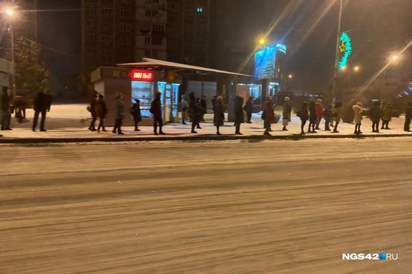 На остановках Новокузнецка огромные толпы людей ждут нужный автобус до 52 минут