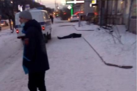 В Октябрьском районе мужчина неожиданно умер на тротуаре