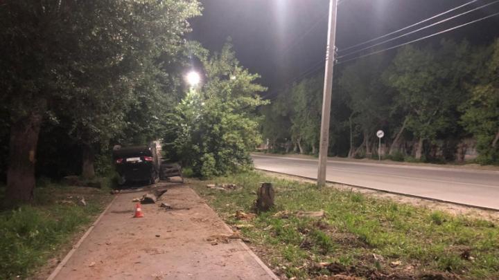В Искитиме водитель «Тойоты» врезался в дерево и насмерть сбил пешехода — ДТП попало на видео