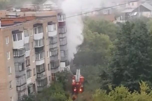 «Вышли в подъезд»: при пожаре во время грозы в Челябинской области погиб ребёнок